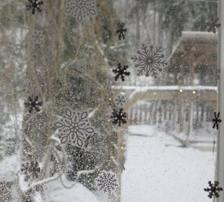 Snowflake garland for windows
